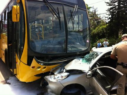 Carro é arrastado por ônibus na Roberto Ziemann