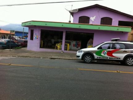Dois homens armados assaltam bar no bairro Rau