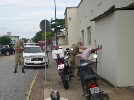 Suspeito é abordado no centro de Jaraguá do Sul