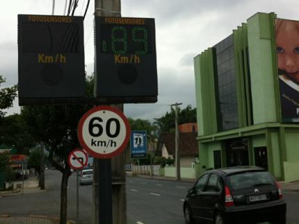 Lombada eletrônica registra velocidade acima do permitido