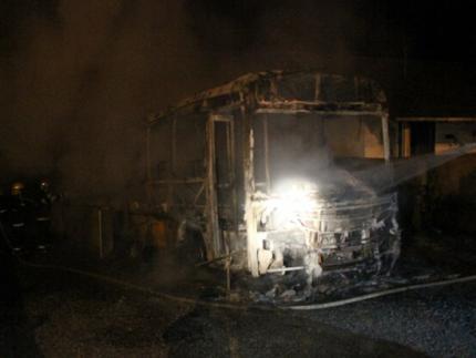 Ônibus fica destruído em ataque