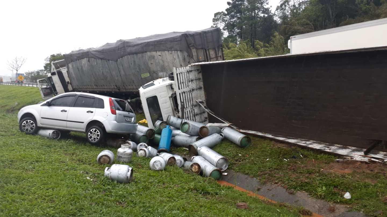 Quatro veículos se envolveram no acidente.